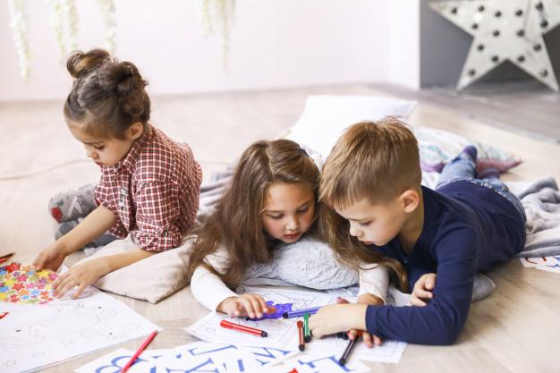 Crianças brincando durante o home office.