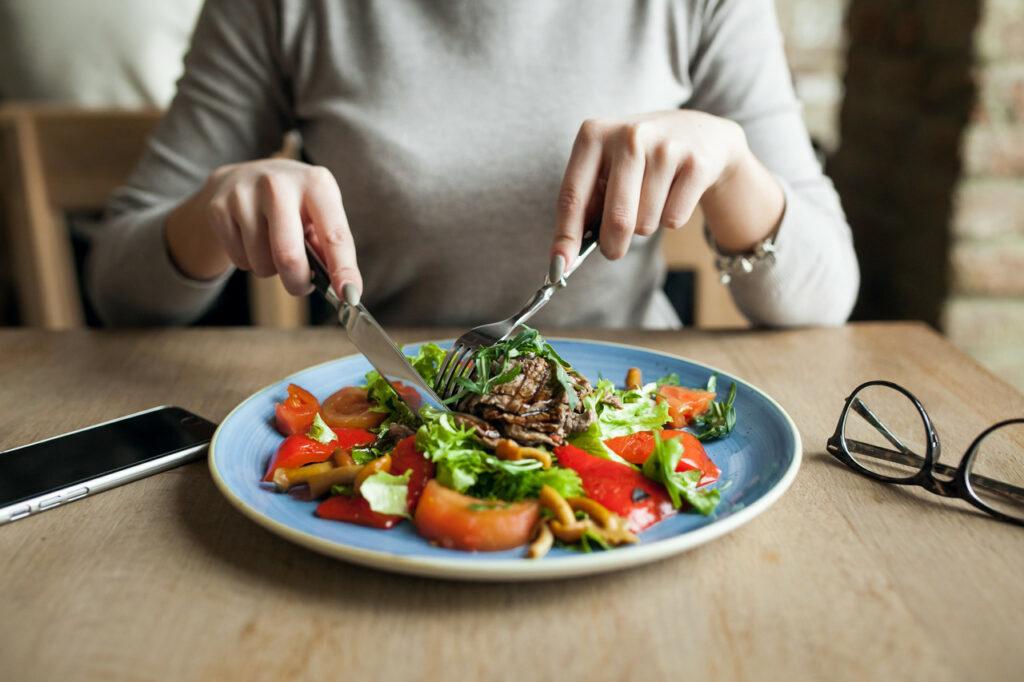 O atributo alt desta imagem está vazio. O nome do arquivo é healthy-people-salad-food-woman_Easy-Resize.com_-1024x682.jpg